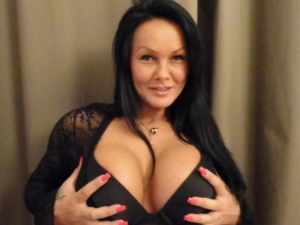 Porno Girl zeigt ihre schönen Brüste in der Camshow