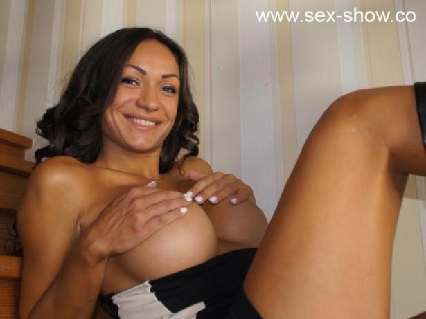 Scharfe Nutte mit großen Titten vor der Porno Cam