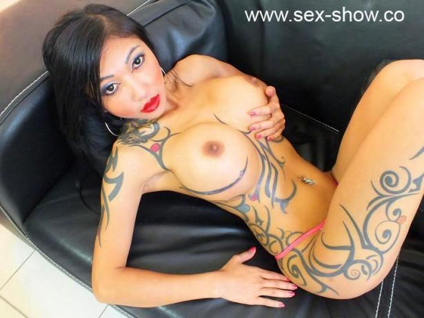 Sexy Asiatin KimX zeigt dir ihre feuchte Muschi beim ficken vor den Porno Cams
